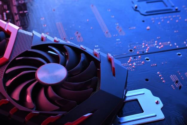 Grafische kaart van computerspel, videokaart met twee koelers op printplaat