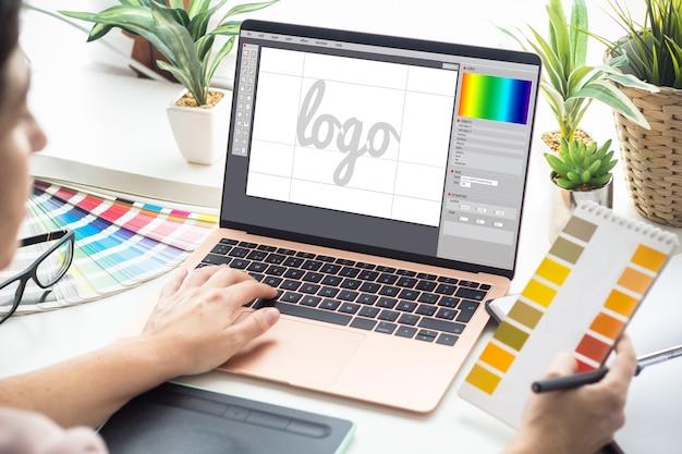 Grafische ontwerpervrouw die aan laptop werkt