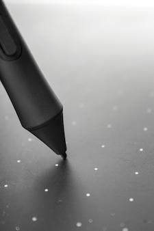 Grafische tabletpen op het oppervlak van het apparaat, close-upfoto.