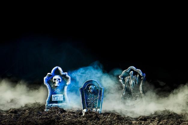 Grafstenen in zware mist op grond