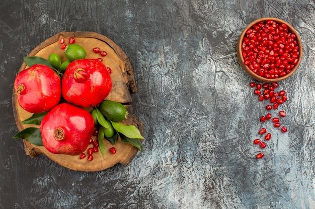 Granaatappel een bakje granaatappelpitjes het bord granaatappels met blaadjes