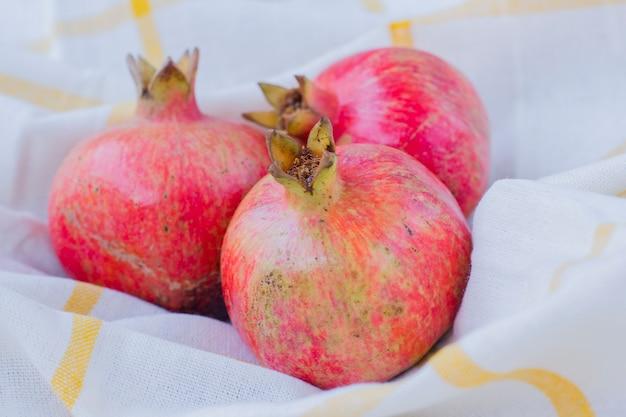 Granaatappel, herfstfruit. erg handig voor het vrouwelijk lichaam.