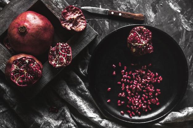 Granaatappel in een zwarte doos op een donkere achtergrond. gezond eten, fruit