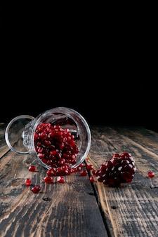 Granaatappel in glas op houten tafel