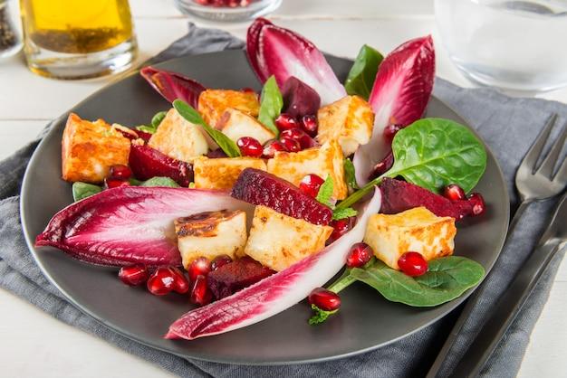 Granaatappel, rode biet, rode witlof, spinazie, munt en halloumi-salade