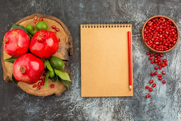 Granaatappel zaden van granaatappel notitieboekje potlood granaatappels met bladeren