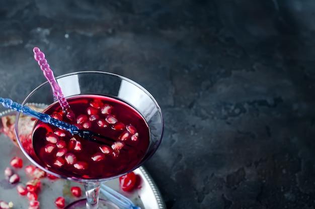 Granaatappelcocktail en rijp rood fruit