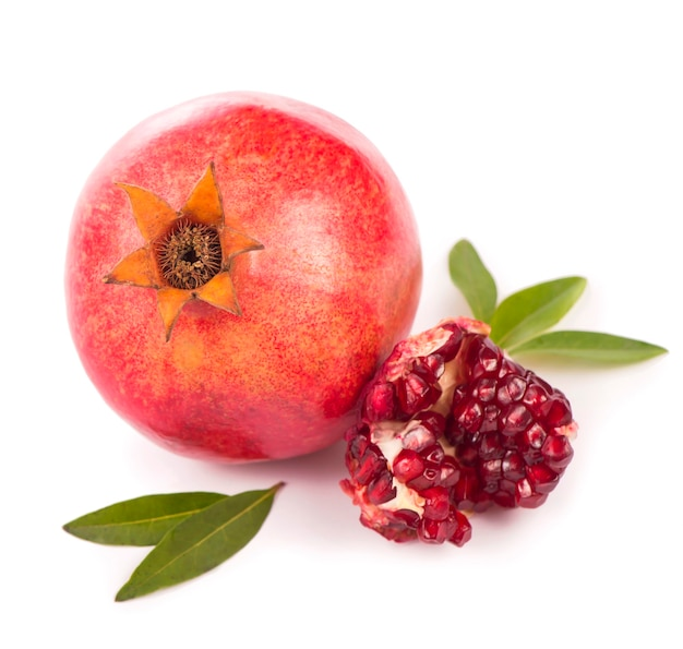Granaatappelfruit met plak op witte achtergrond wordt geïsoleerd die. uitknippad inbegrepen.