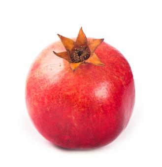 Granaatappelfruit met plakje dat op witte oppervlakte wordt geïsoleerd
