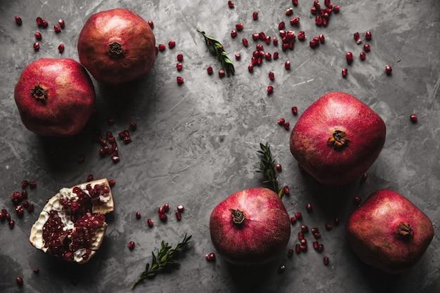 Granaatappelfruit. rijpe en sappige granaatappel op rustiek grijs