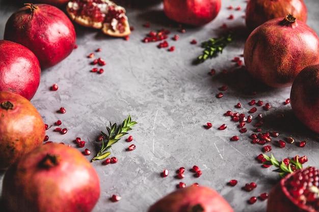 Granaatappelfruit. rijpe en sappige granaatappel op rustieke grijze achtergrond