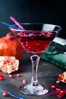 Granaatappelmartini met granaatappelzaden in een glas