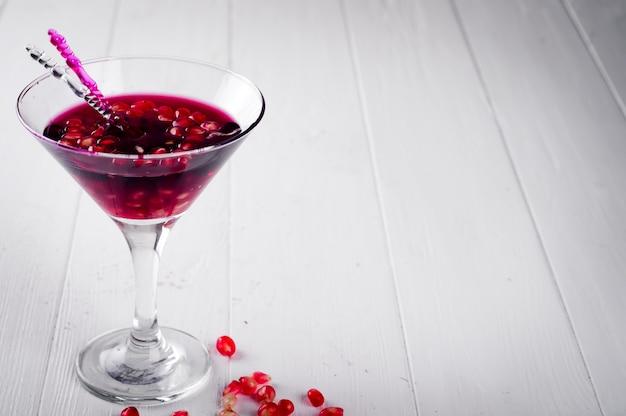 Granaatappelmartini met zaden in een glas