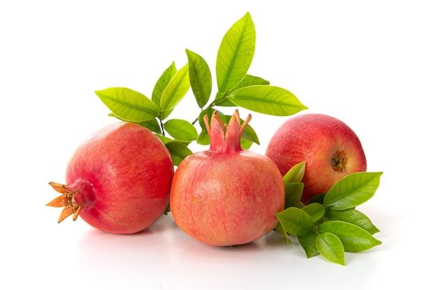 Granaatappels en rode appels op witte achtergrond, traditionele gerechten van joods nieuwjaar - rosj hasjana.