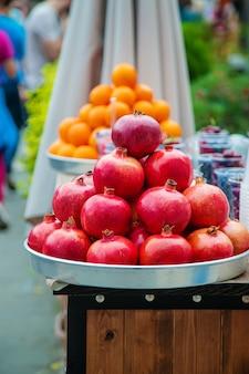 Granaatappels en sinaasappels worden op de markt verkocht.
