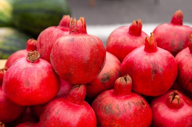 Granaatappels op de markt. de marktgranaatappels van de verse landbouwer.