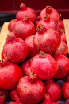 Granaatappels op de markt. de verse granaatappels van de landbouwersmarkt.