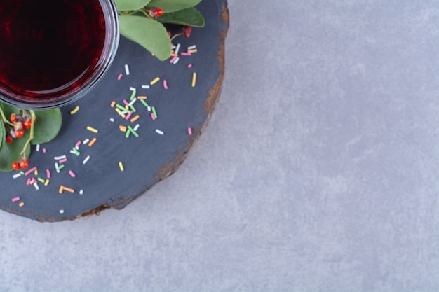 Granaatappelsap op een bord, op de marmeren tafel.
