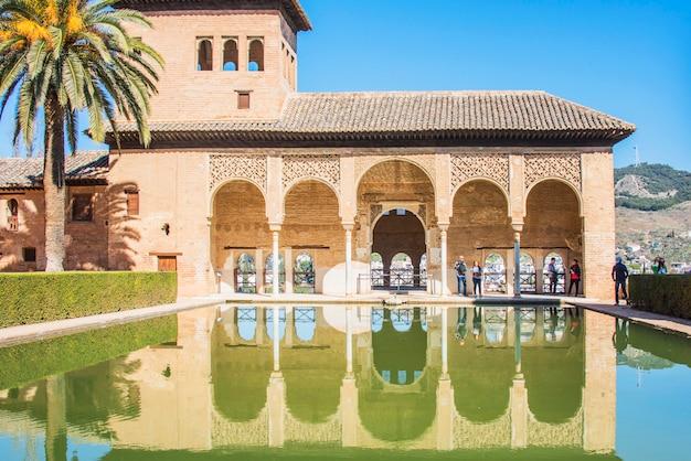 Granada, spanje - 11 maart 2019: tuinen van alhambra van granada, spanje.