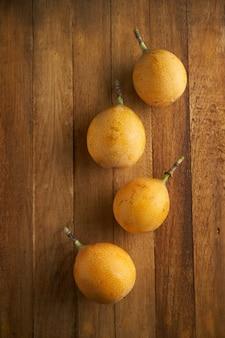 Granadilla exotisch fruit op houten tafel