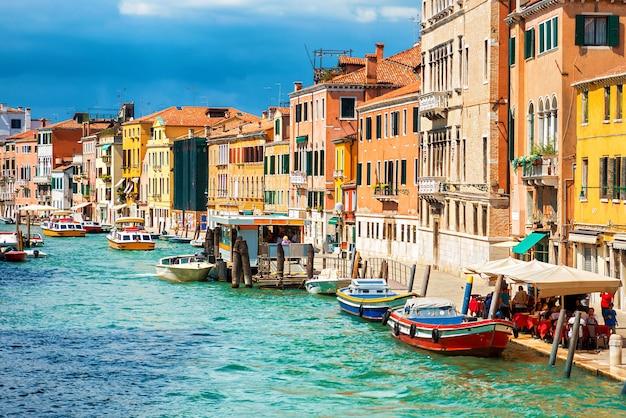 Grand canal en basilica santa maria della salute in zonnige dag. venetië, italië. zonnige dag