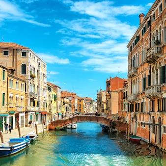 Grand canal en basilica santa maria della salute in zonnige dag. venetië, italië