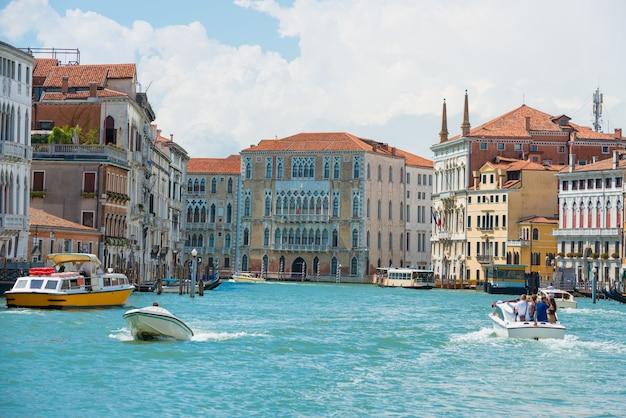 Grand canal en basilica santa maria della salute in zonnige dag.