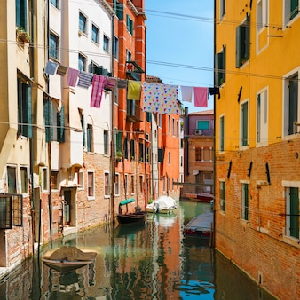 Grand canal en basilica santa maria della salute in zonnige dag