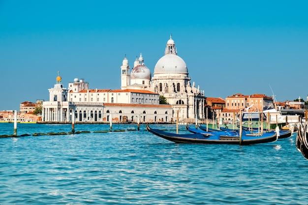 Grand canal en basiliek santa maria della salute in venetië