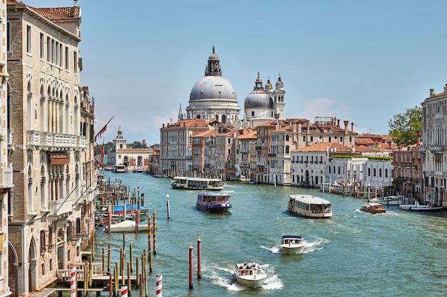 Grand canal van venetië vol met boten