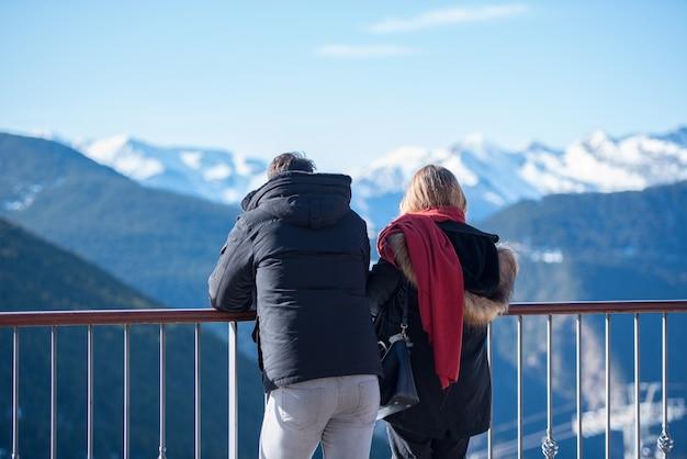 Grandvalira, andorra - 18 december 2019: mensen hebben plezier in sunny day op grandvalira ski station in andorra.