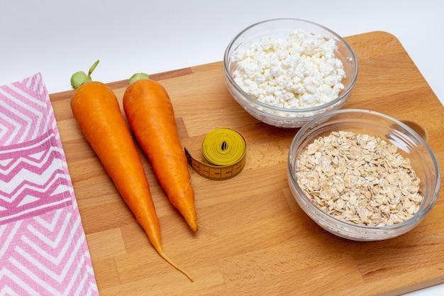 Granen, meetlint, boerderij kwark wortel close-up op houten achtergrond. gezonde voeding vetvrij concept.