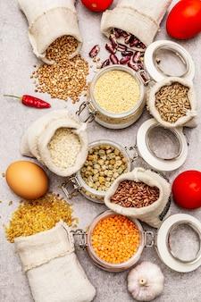 Granen, pasta, peulvruchten, gedroogde paddestoelen en kruiden