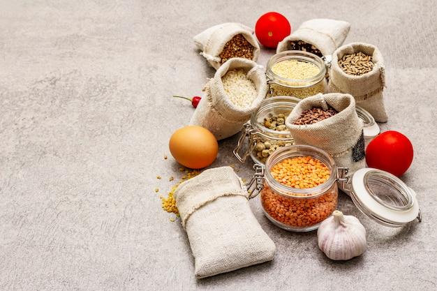 Granen, pasta, peulvruchten, gedroogde paddestoelen en specerijen