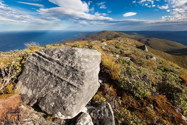 Granieten blok op de top van mt anglem hananui stewart island rakiura