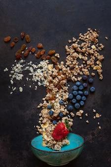 Granola-amandelen, rozijnen en bosbessen