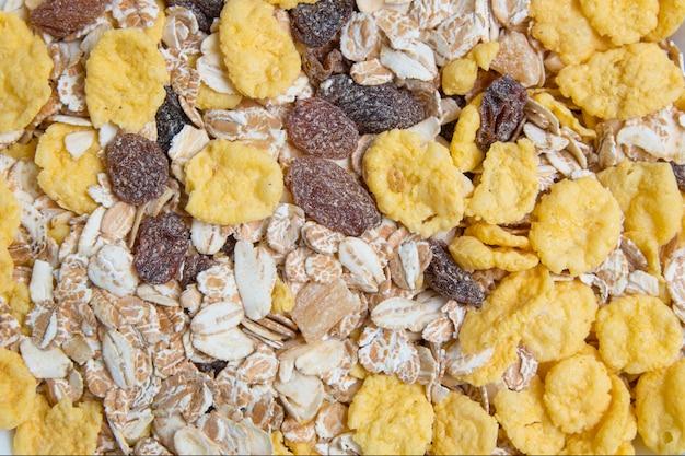 Granola en muesli met vruchten sluiten omhoog