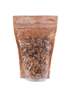 Granola in een bruine papieren zak. doy-pack met kunststof venster voor bulkproducten. detailopname. witte achtergrond. geïsoleerd.