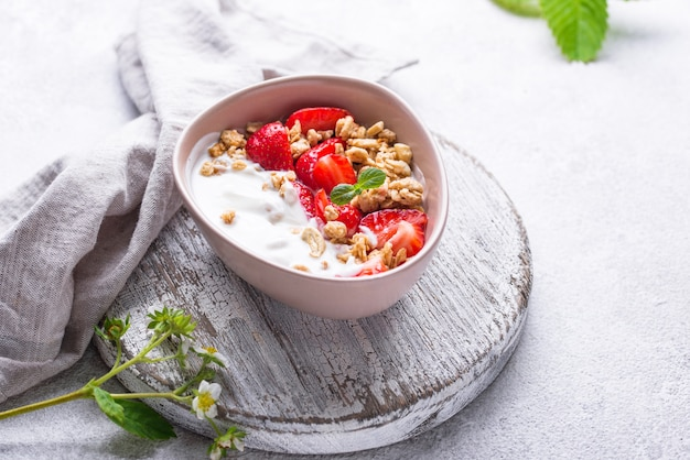 Granola met griekse yoghurt en aardbei
