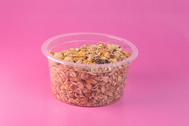Granola op de roze achtergrond