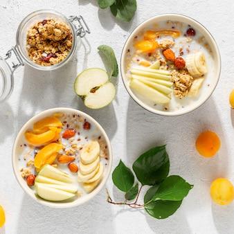 Granolafruit met melkpindakaas in kom. gezond ontbijt granen bovenaanzicht