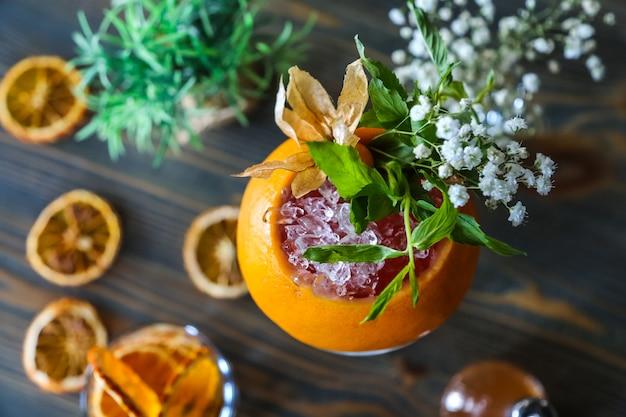 Grapefruit cocktails ijs bruisend water munt syrop bloemen bovenaanzicht