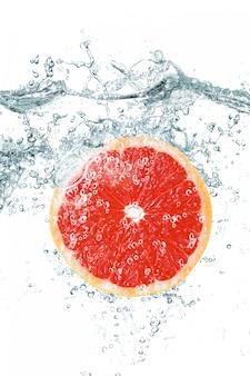 Grapefruit die in water valt