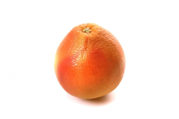 Grapefruit die op witte achtergrond wordt geïsoleerd