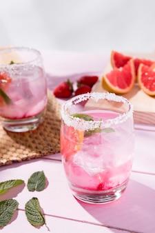 Grapefruit en aardbei vers drankje