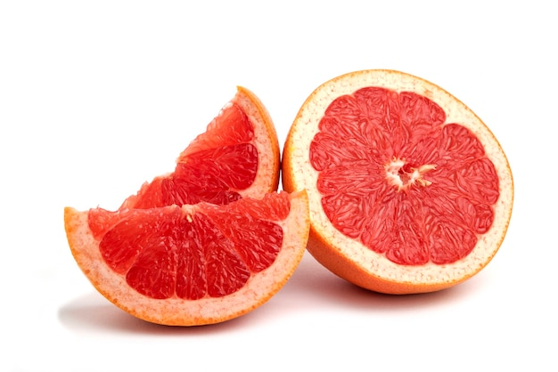 Grapefruit geïsoleerd, heel of in plakjes.
