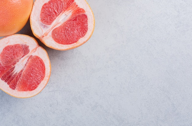 Grapefruit geïsoleerd op een grijze achtergrond, uitknippad, volledige scherptediepte.