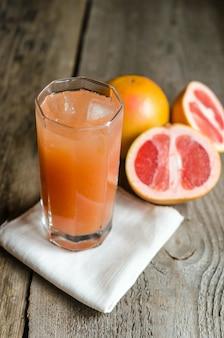 Grapefruit juice op houten tafel