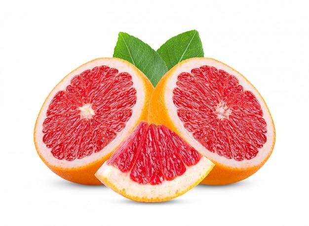 Grapefruit met bladeren op witte tafel.