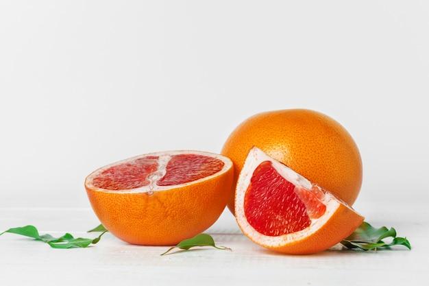 Grapefruit met plakjes op een houten tafel.